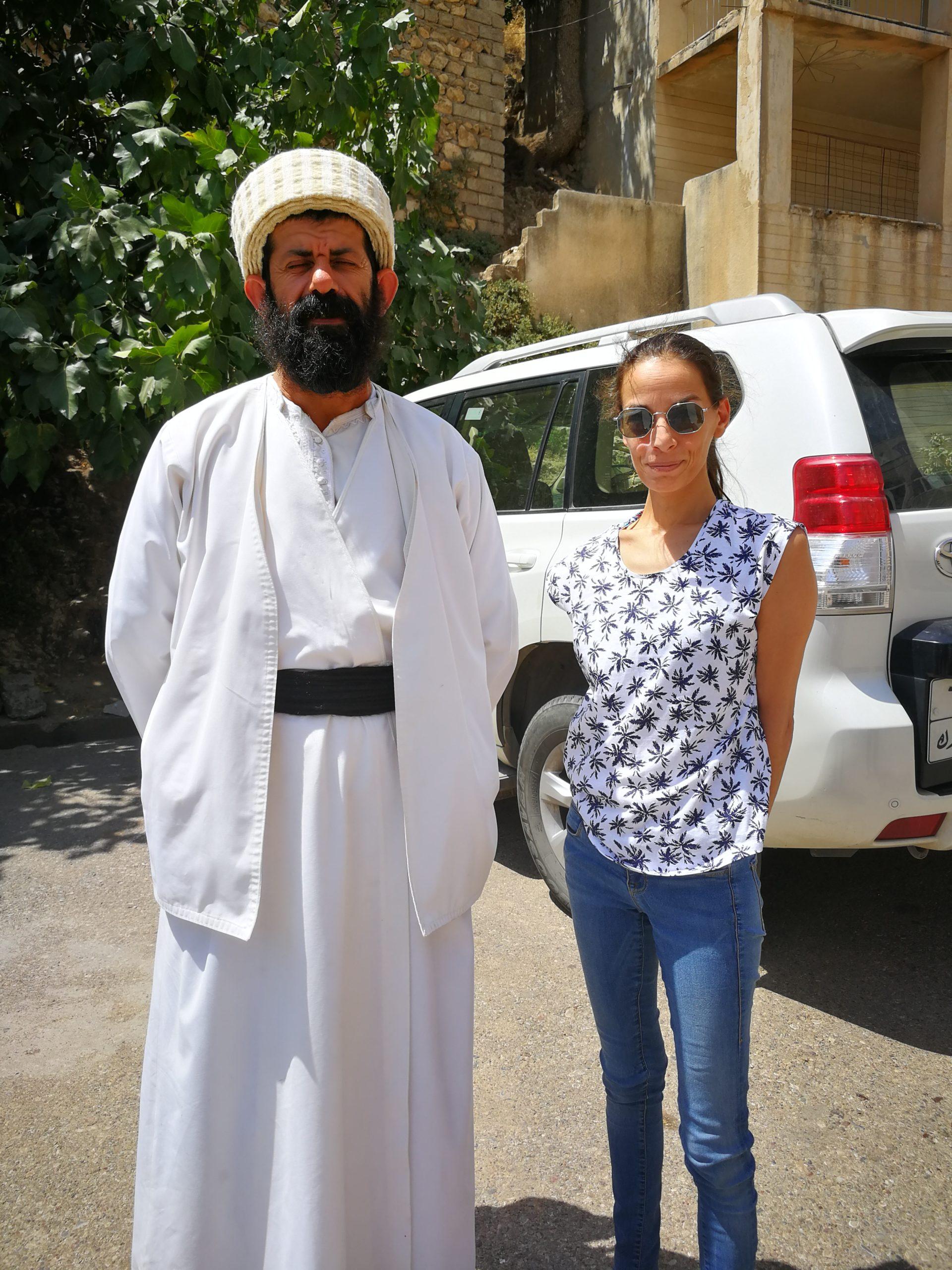 Nadine Papai mit Baba Chawish, ein jesidischer spiritueller Führer im Lalisch-Tempel