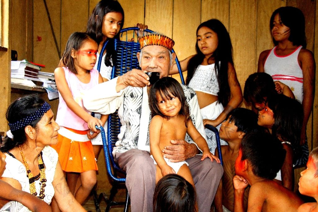 Schamane zusammen mit den Kindern im Dorf Tururucari Uka c Marica Kambeba